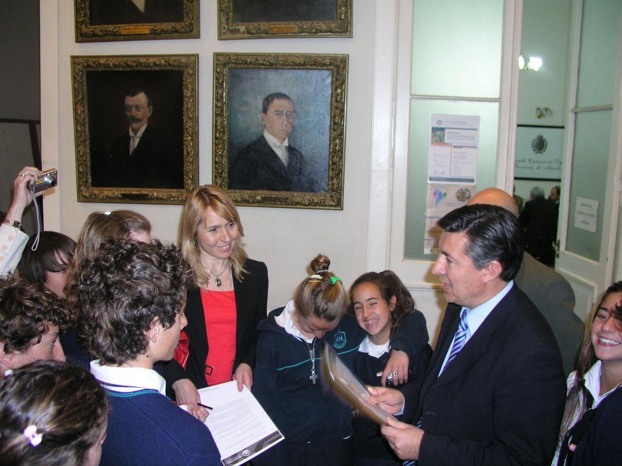 entrega de proyecto de ley por parte de estudiantes del colegio san nicolás