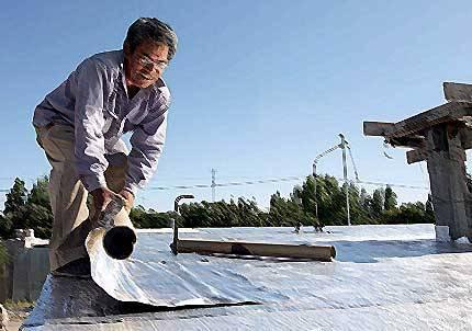 obrero poniendo aislante casa consumo sustentable